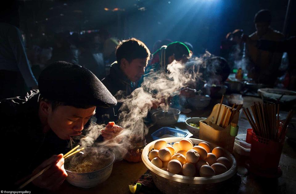 Bua Sang O Cho Phien (Breakfast at a Rural Market). Photo courtesy of Nguyen Huu Thong.
