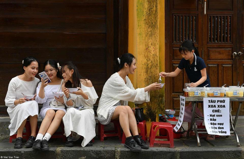 Girls enjoy che(sweet soup) in Hoi An, Quang Nam Province, central Vietnam. Photo by Viet Van Tran.