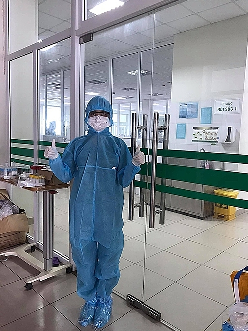 Le Thi Hong Nhung poses for a photo before entering her night shift at the National Hospital for Tropical Diseases, Hanoi, on May 13, 2021. Photo courtesy of Nhung.