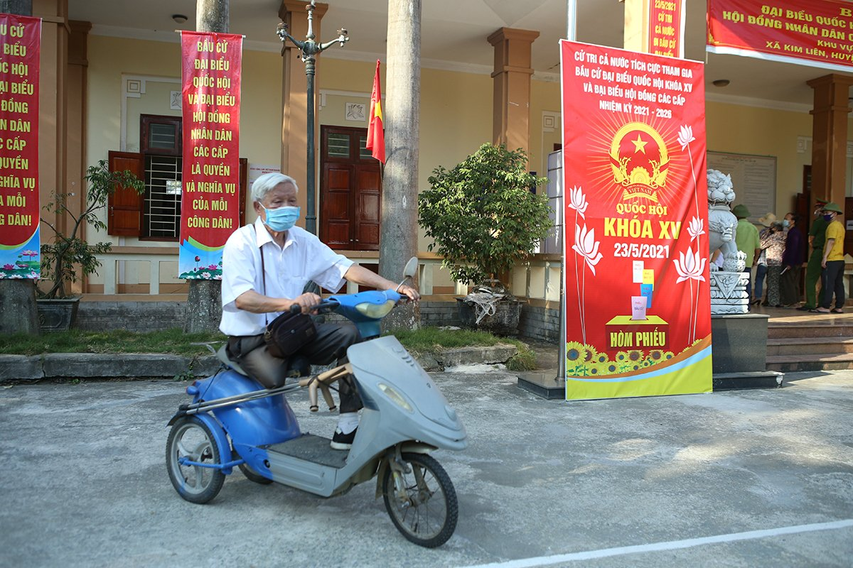 89-year-old war veteran Hoang Nguyen rides a scooter to a polling station in Nam Dan Districts Kim Lien Commune. He said has also voted roughly 10 times. Ive voted nearly 10 times for National Assembly members, but for every new era, the country would go through a new path of development, which requires new things. As such, chosen candidates should feel honored, yet they have big shoes to fill.