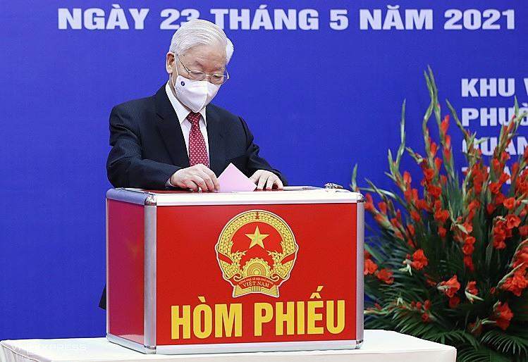 Party chief Nguyen Phu Trong casts his votes into a ballot box at a polling station in Nguyen Du Ward, Hai Ba Trung District. Over 5.4 million voters in the capital would cast their votes in over 4,800 polling stations in 30 districts and communes.