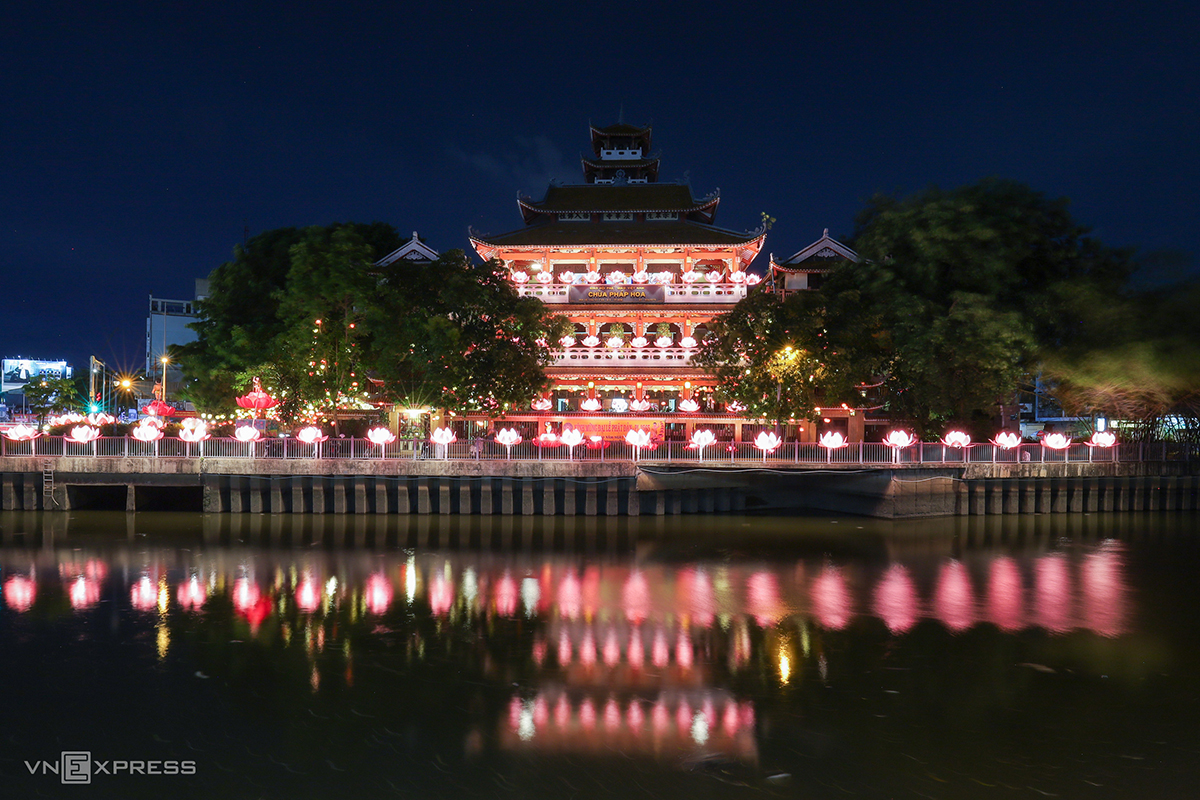 Three kilometers away, Phap Hoa Pagoda also shines with lanterns.In the light of Covid-19 measures, the activity of flowing lanterns along the canal will be skipped to avoid mass gathering. Other Vesak rituals will only be held among monks inside the pagoda.