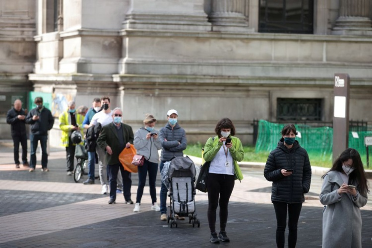 People queue outside a vaccination centre against the Covid-19, at the Science Museum in London, Britain, May 19, 2021. Photo byReuters.