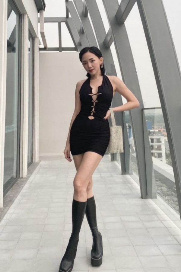 Singer Toc Tien dons a cutout top to show her curses. Normally, cutout outfits are bodycon, so women can maximize showing their femininity when wearing.
