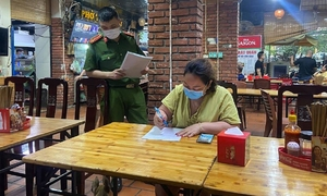 Hanoi closes restaurants, salons as Covid-19 threat mounts