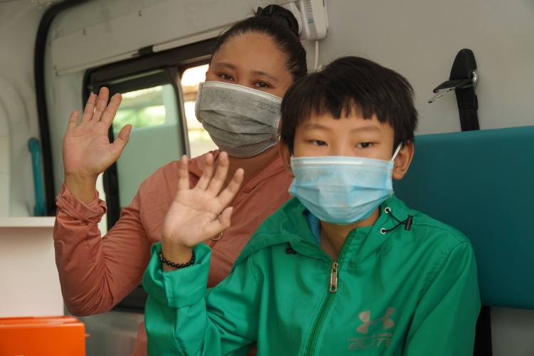 A women and her son leave hospital after being treated for Covid-19 in Binh Thuan Province, April 2020. Photo by VnExpress/Viet Quoc.