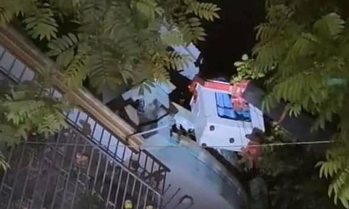 Officials extricate woman refusing to quarantine from 3rd floor of her house