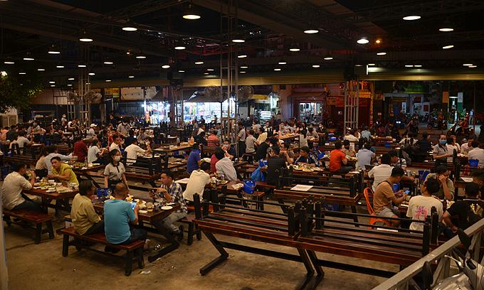 HCMC closes most service establishments, walking streets