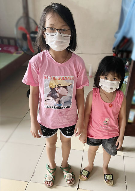 Dung's two youngest daughters, 9 and 5 years old, at a centralized quarantine camp in Thuan Thanh District, Bac Ninh Province. Photo courtesy of Dung.