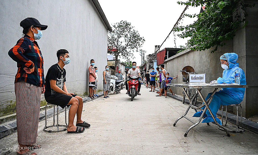 People wait to make health declarations in Hanoi, May 2021. Photo by VnExpress/Giang Huy.