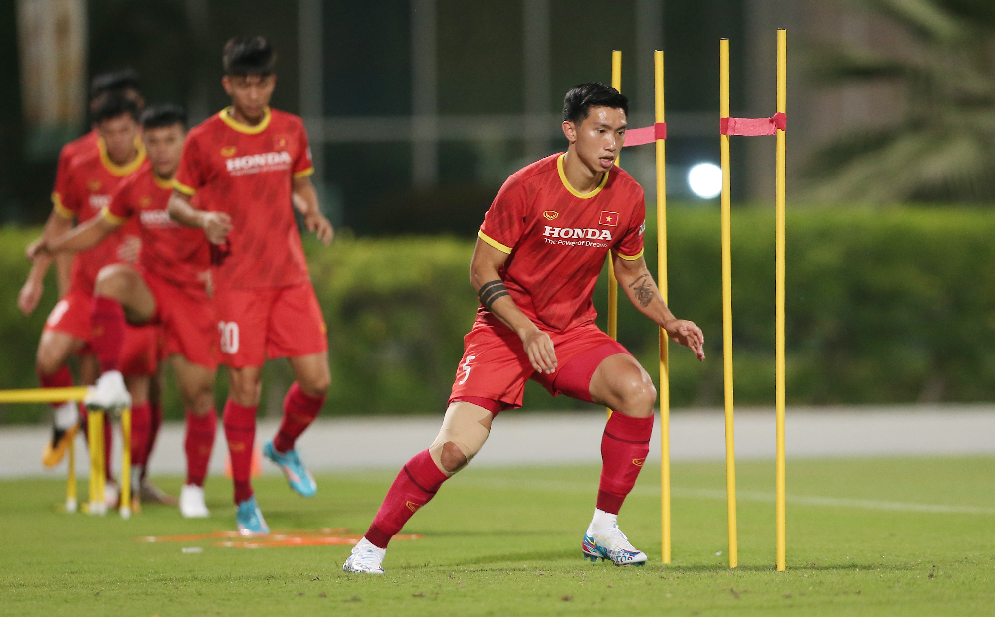Defender Doan Van Hau still bandages his right leg, but insists he has completely recovered and is ready to wait for the opportunity to play.