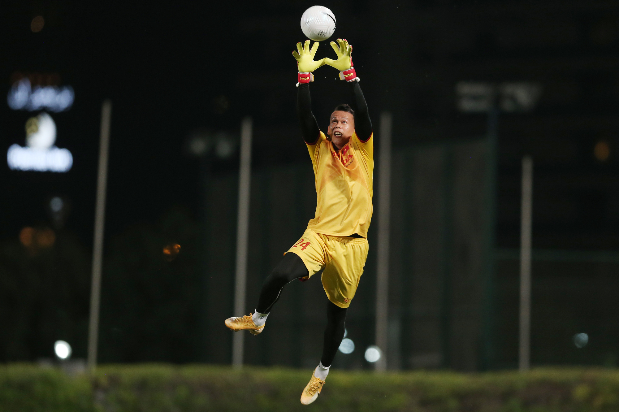 Truong is considered a bright candidate for the number one goalkeeper position. He meets all the teams requirements in terms of physique, experience as well as playing style. The 34 years old player from southern Dong Thap Province was summoned to the national team by former coach Henrique Calisto in 2008, when he was 21 years old.He was the number one goalkeeper of the U-23 squad attending the 2009 SEA Games in Laos. Here, Truong played quite stable, before sustaining an injured shoulder, leading to a 0-1 defeat in the final against Malaysia. In 2010, he again made a mistake in the teams 0-2 loss to Malaysia in the first leg of the AFF Cup semi-final.