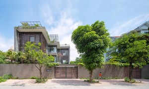 Zigzag house blurs boundaries between concrete, nature
