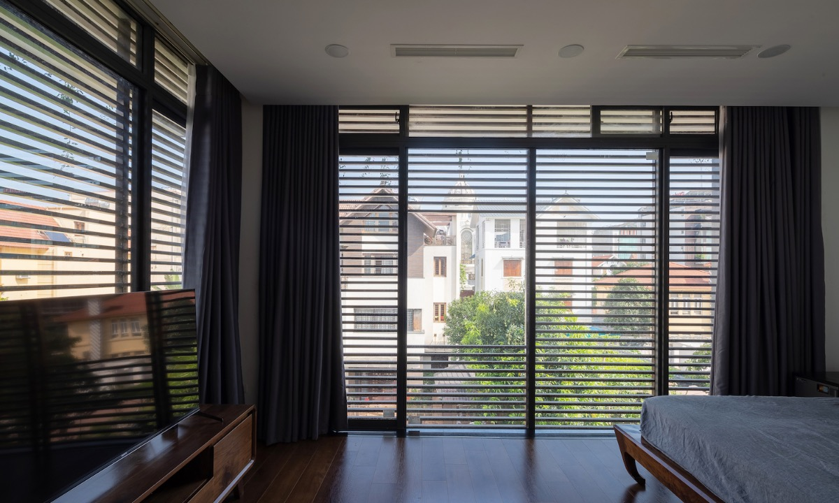 On the second and third floors, a common area is placed in the center, surrounded by bedroom. Thanks to the zigzag shapes, all bedrooms has window, allowing natural light and wind to enter.