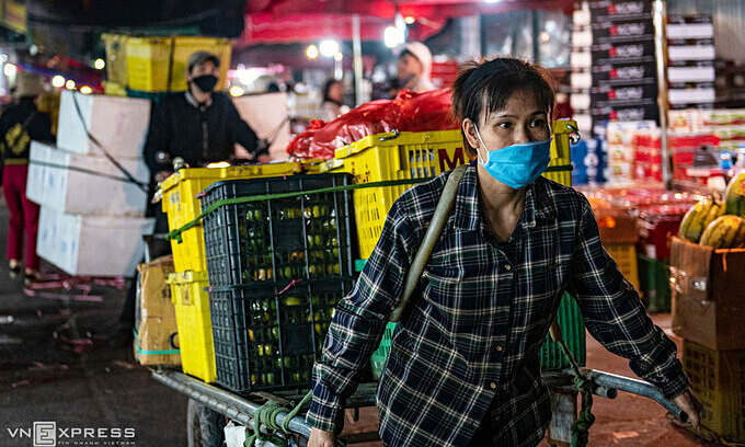 Workers at Long Bien Market in Hanoi. Photo by VnExpress/Thanh Hue.