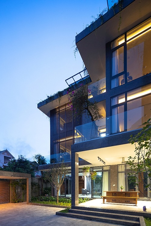 The house in the evening. Homeowners grow trees, fruits and vegetables in the garden for their own consumption.