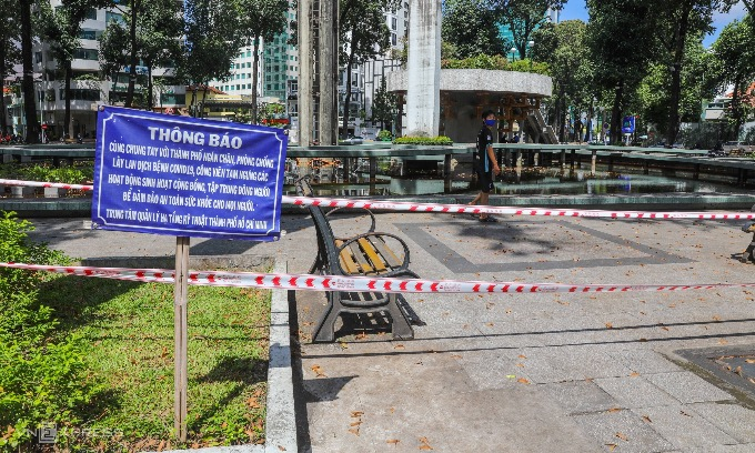 The iconic Turtle Lake in District 3, normally bustling with visitors and food stalls, has been cordoned off amid the rising number of Covid-19 infections. Photo by VnExpress/Quynh Tran.