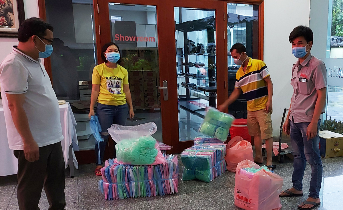Workers at Vina Kitchenware JSC in HCMCs Tan Phu District receive sleeping nets and blankets to stay at the factory which is put under lockdown for two weeks since May 26, 2021. Photo by VnExpress/Thanh Pho