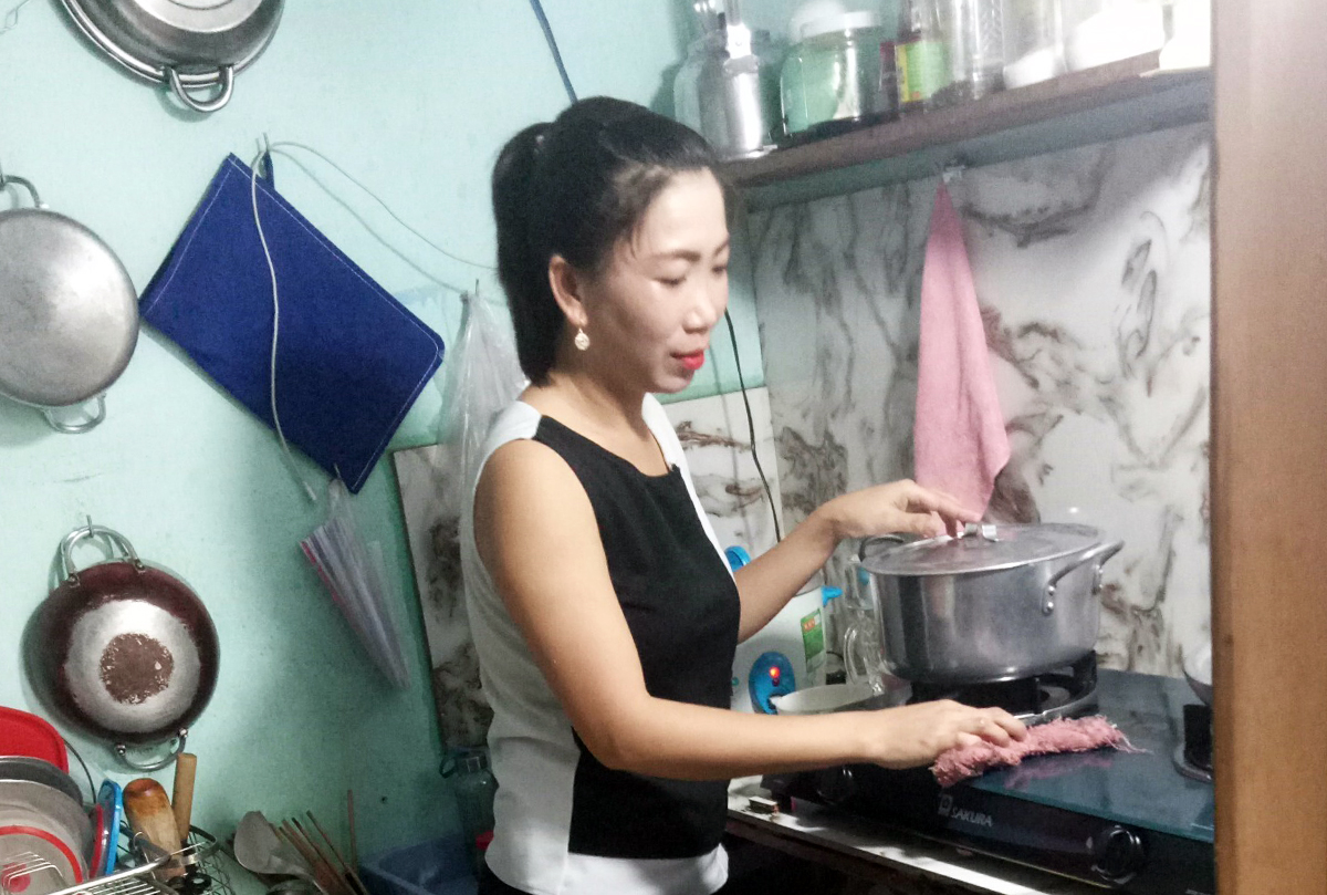 Nguyen Hong Nghi prepares a meal for her family of four at a rented apartment in Go Vap District, HCMC, June 2021. Photo by VnExpress/An Phuong