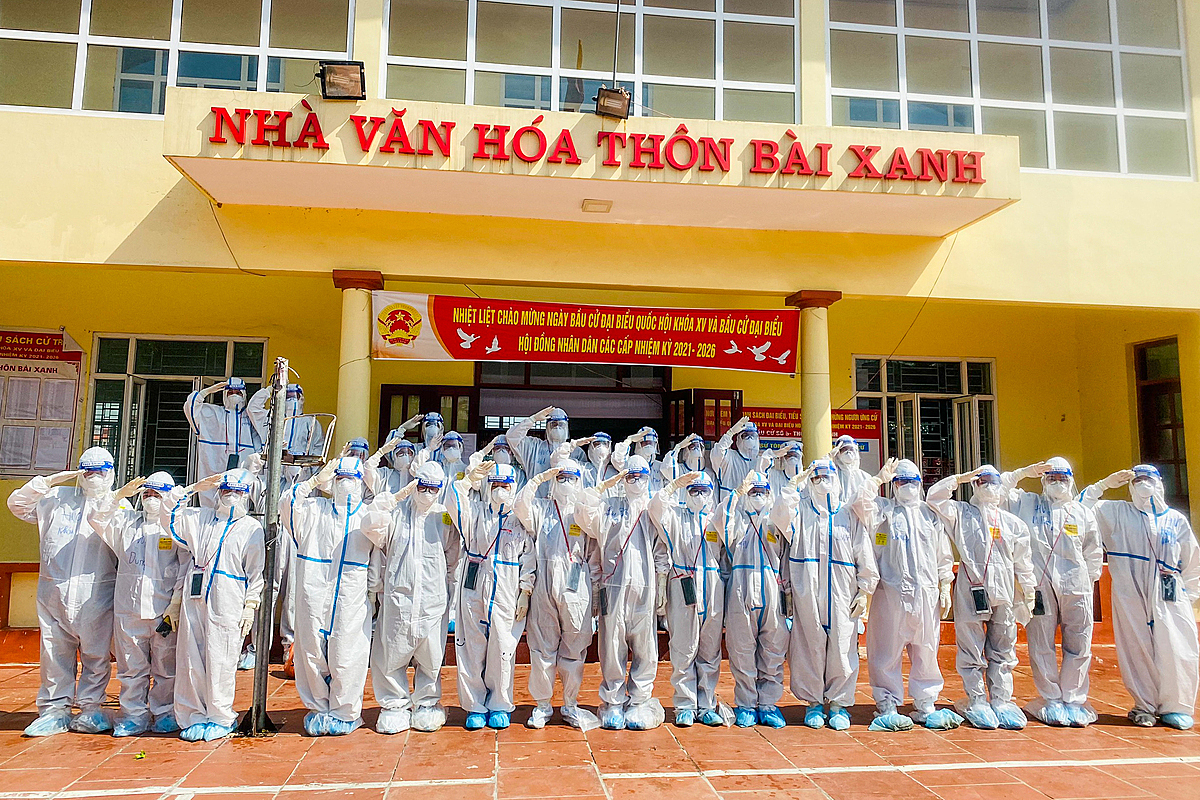 36 lecturers and students of the Hanoi-based Vietnam University of Tractional Medicine set out to aid northern Bac Giang Province in fighting the virus on the morning of May 27, three days after Health Minister Nguyen Thanh Long asked for volunteers to help out Covid hotspots Bac Giang and Bac Ninh.Thousands of volunteers from the military medical forces, medical students from northern Hai Duong Province, doctors and nurses from other localities have headed to epicenter Bac Giang to lend their supports.