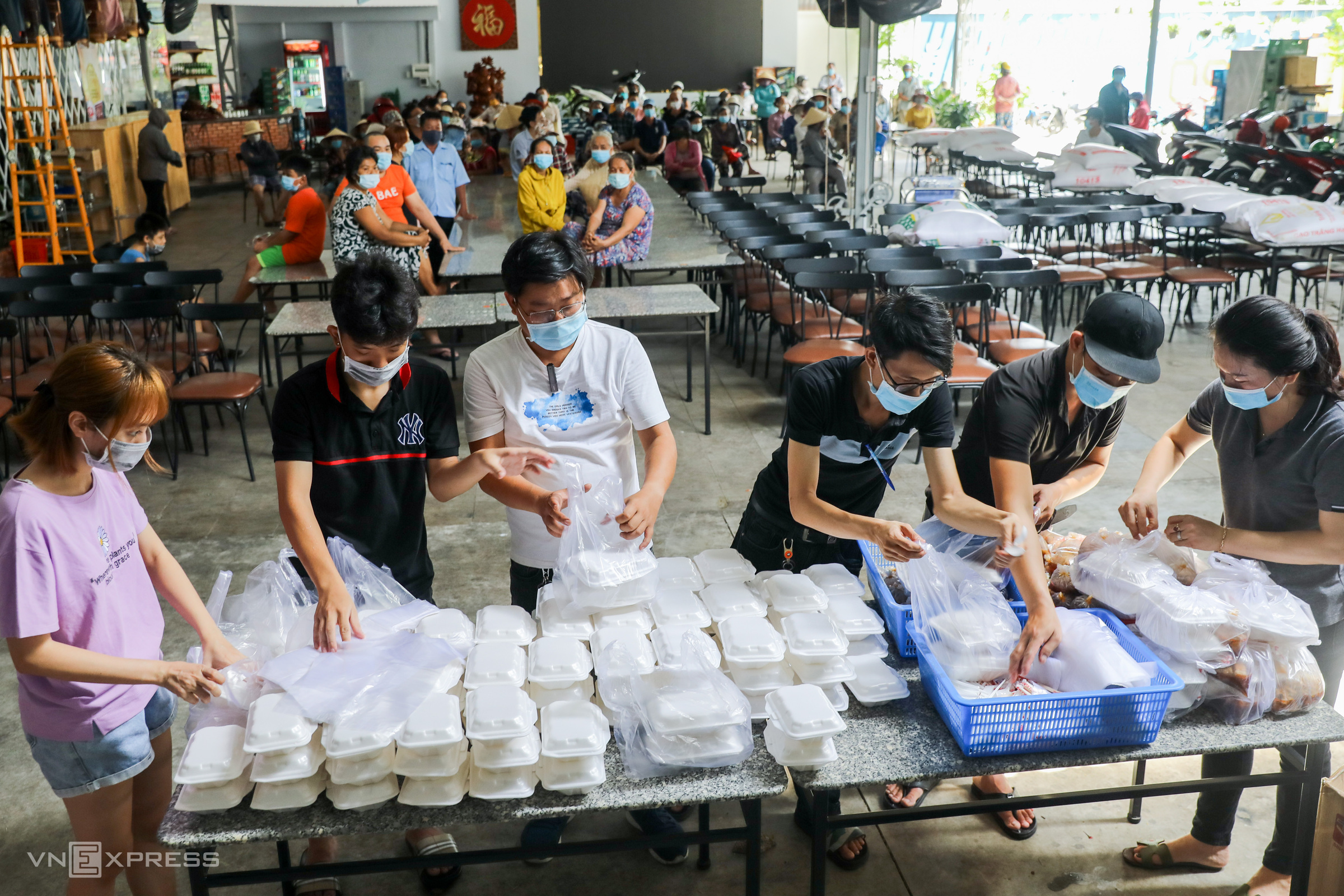 Amid Covid-19 closures, Saigonese step out to help out