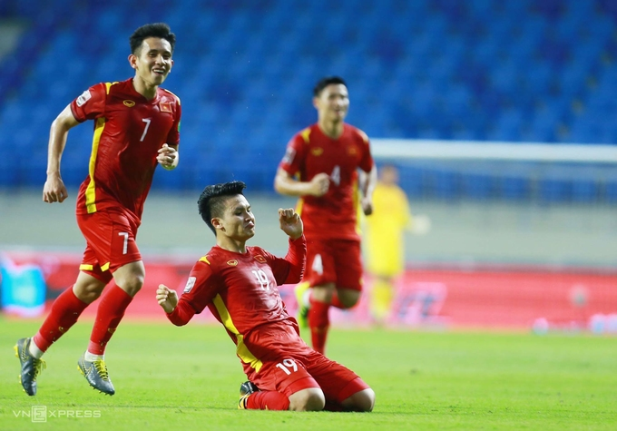 Nguyen Quang Hai (C) celebrates his goal in victory over Indonesia on June 7, 2021. Photo by VnExpress/Lam Thoa.