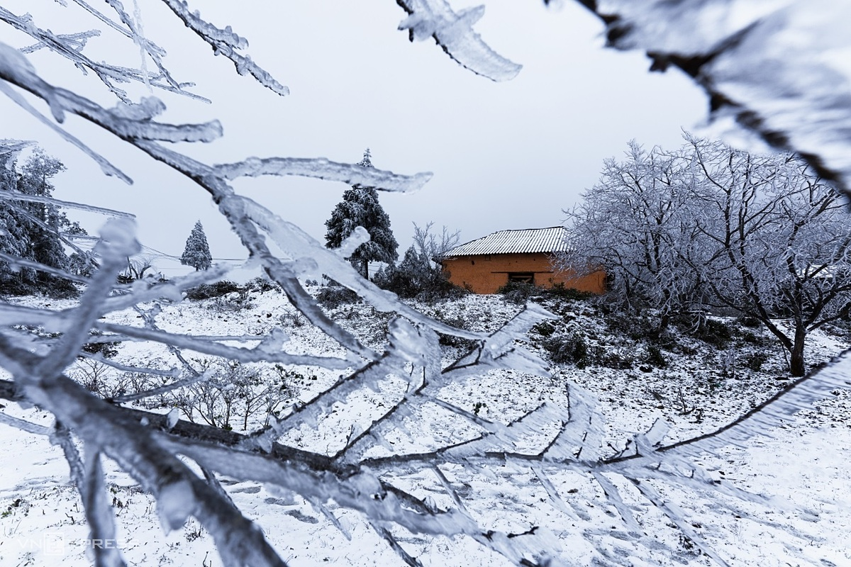 Nhan said that in early January 2021, the northern mountain region, including Lao Cai Province, home to popular resort town Sa Pa, were hit by a cold snap resulting from a strong cold front. When hearing information, he went to Lao Cai to hunt for snow and took the photo of a lonely house in the middle of the white snow in Nhiu Co San Mountain in Y Ty Commune.