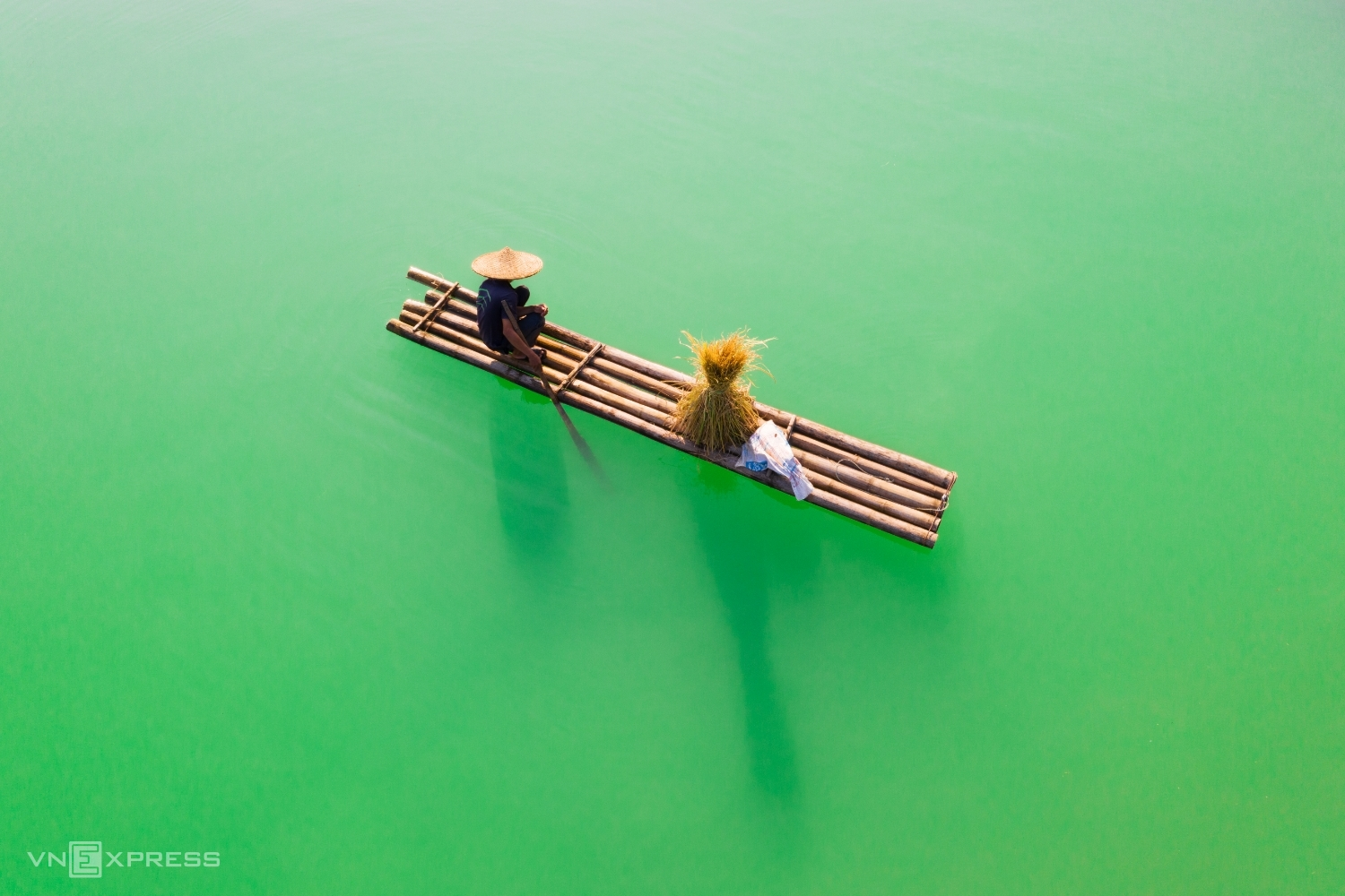 Nhan was fascinated by the image of a farmer sitting on a craft with his bundle of rice, floating on the jade waters along the Quay Son River in Cao Bang Province on the border with China.