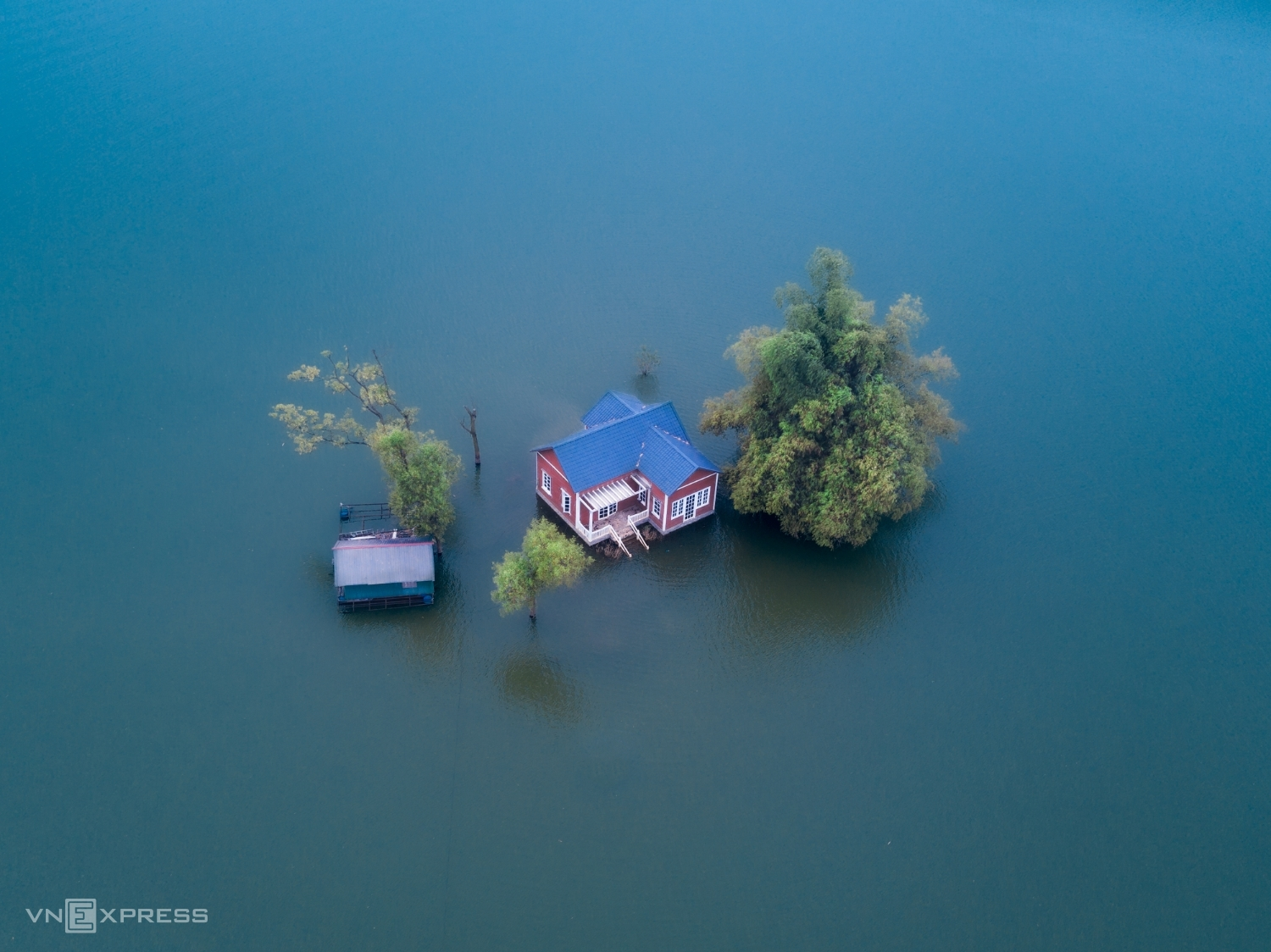 A lonely house floats on a flooded mound, part of a resort near Dong Mo Lake the outskirt district of Son Tay in Hanoi. This lake at the foot of Ba Vi Mountain is about 40 km from Hanoi, famous for its charming scenery.