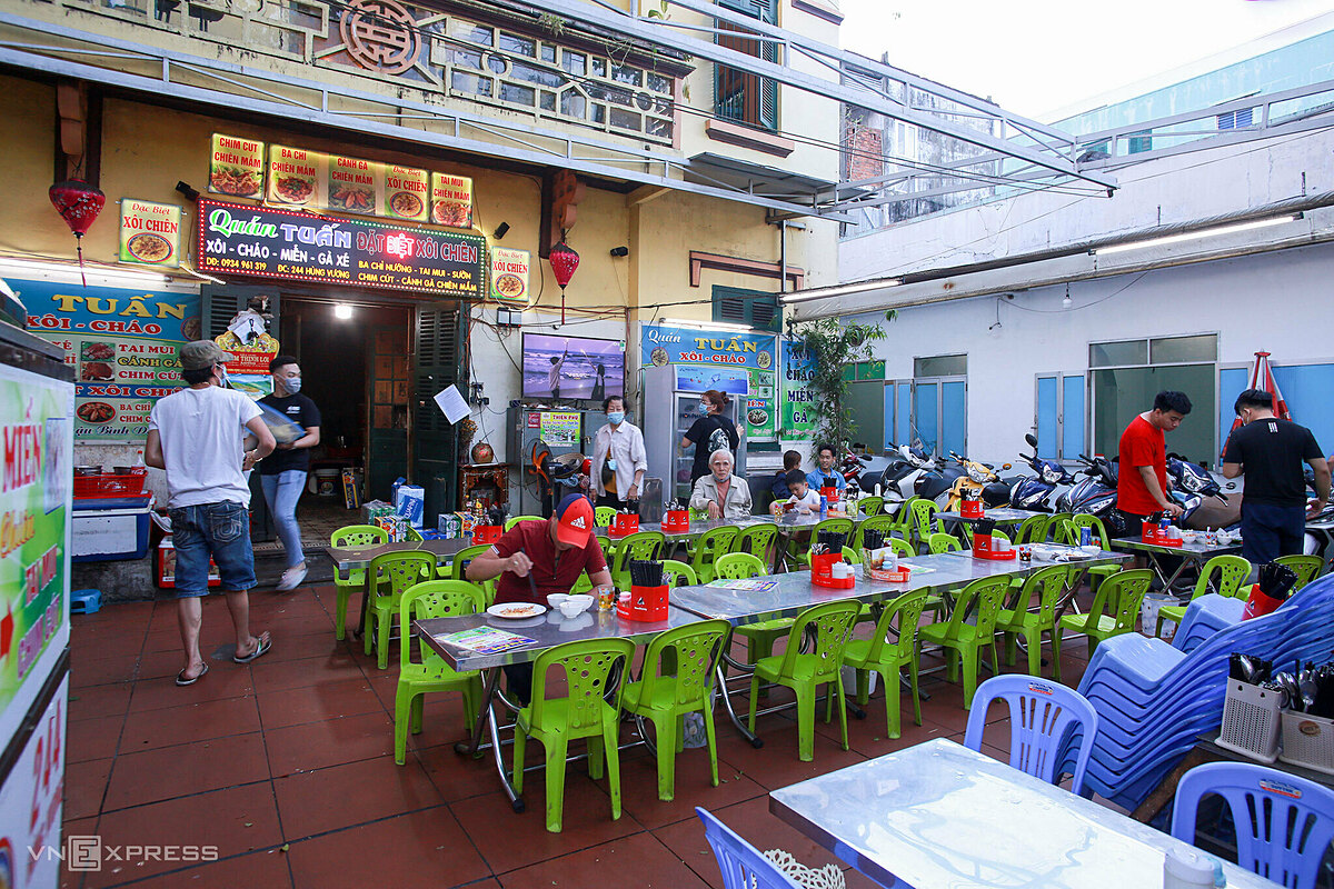 Restaurants and food establishments are allowed to serve guests on the spot but the number of customers is not as crowded as before. At a famous vermicelli and sticky rice shop on Hung Vuong Street in Hai Chau District, staff wear face masks while diners sit apart each other.  Restaurants and eateries in coastal areas such as Vo Nguyen Giap and Vo Van Kiet streets are still closed as tourists have not returned to the beach city. Starting from June 3, those arriving in the city from areas under social distancing campaign or lockdown must be subject to 21-day centralized quarantine.
