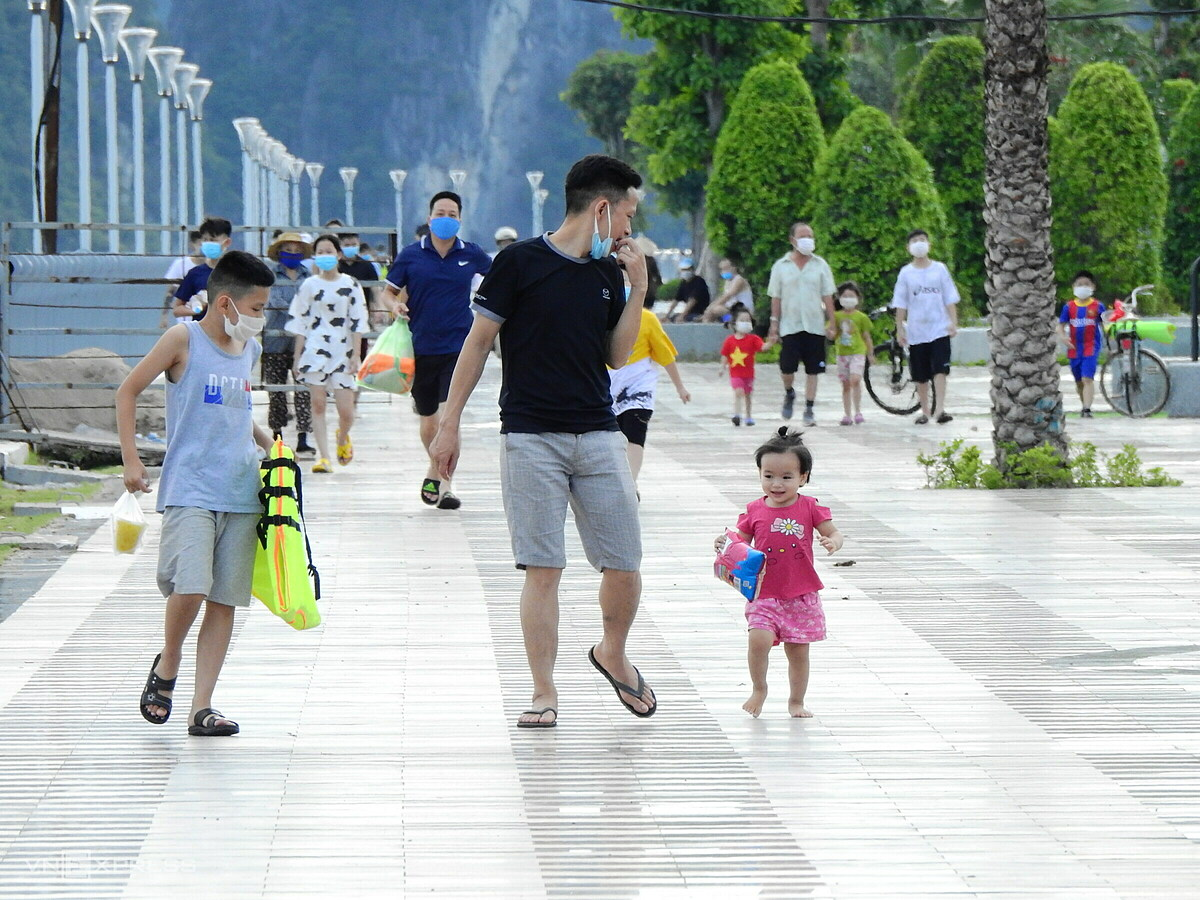 Locals walk on the 4.7-kilometer Tran Quoc Nghien Road that runs parallel with Ha Long Bay, offering tourists a visual feast of the world-famous bay.The road now boasts six lanes, a five-meter-wide pavement and a 28-meter-wide park, ideal for exercising and entertainment activities.