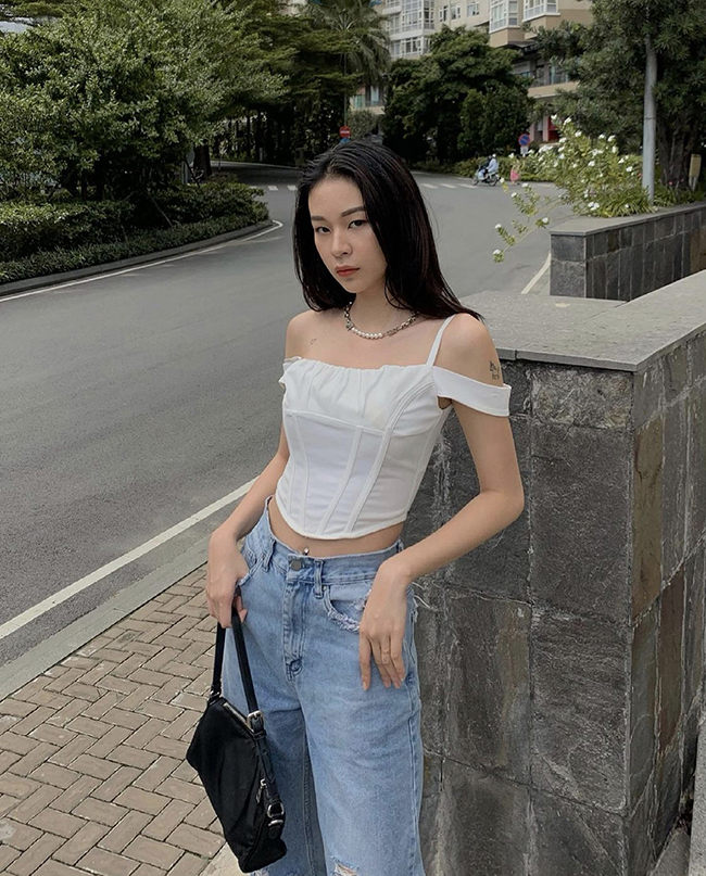 Model Phi Phuong Anh sticks to the white crop-top style, which is always popular with women in the summer.