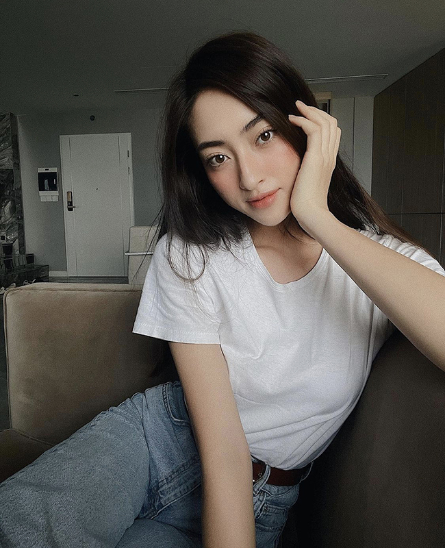 Luong Thuy Linh, Miss World Vietnam 2019, prefers a simple summer social distancing style when mixing between a T-shirt and classic blue jeans.