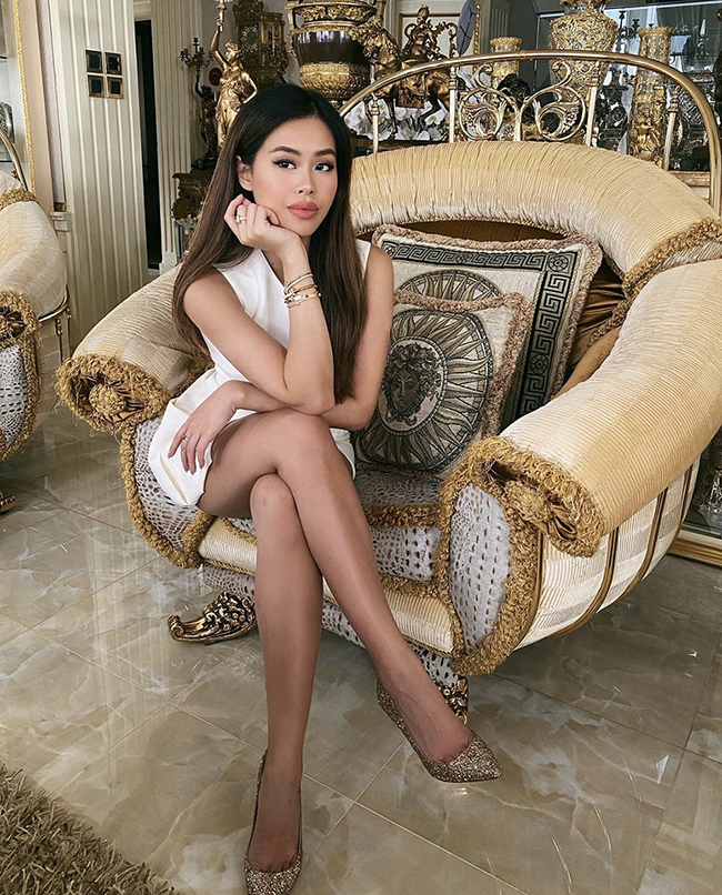 Known for being a girl who loves wearing bold colors, the famous heiress Tien Nguyen from one of Vietnam's riches family favors white monochrome dress during the time of social distancing.    Much more than a trend, but rather a recurrence, white outfits have become a fashion statement. Wearing white has its benefits, it can help keep people feeling cooler in warm weather thanks to the shade's ability to reflect the sun's rays rather than absorbing them.