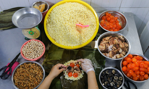 Saigonese of Chinese descent make a 'cleansing' sticky rice cake