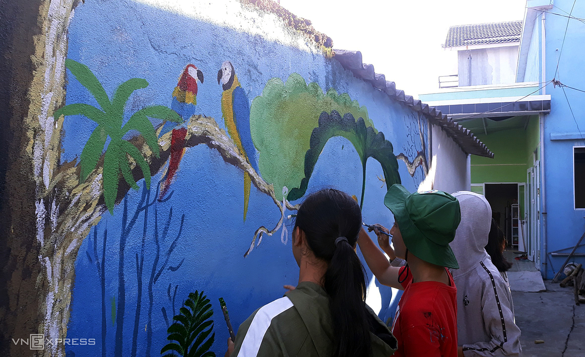 Since this month, a group of local artists and volunteers have started a mural project conveying marine and daily fishing village life themes.
