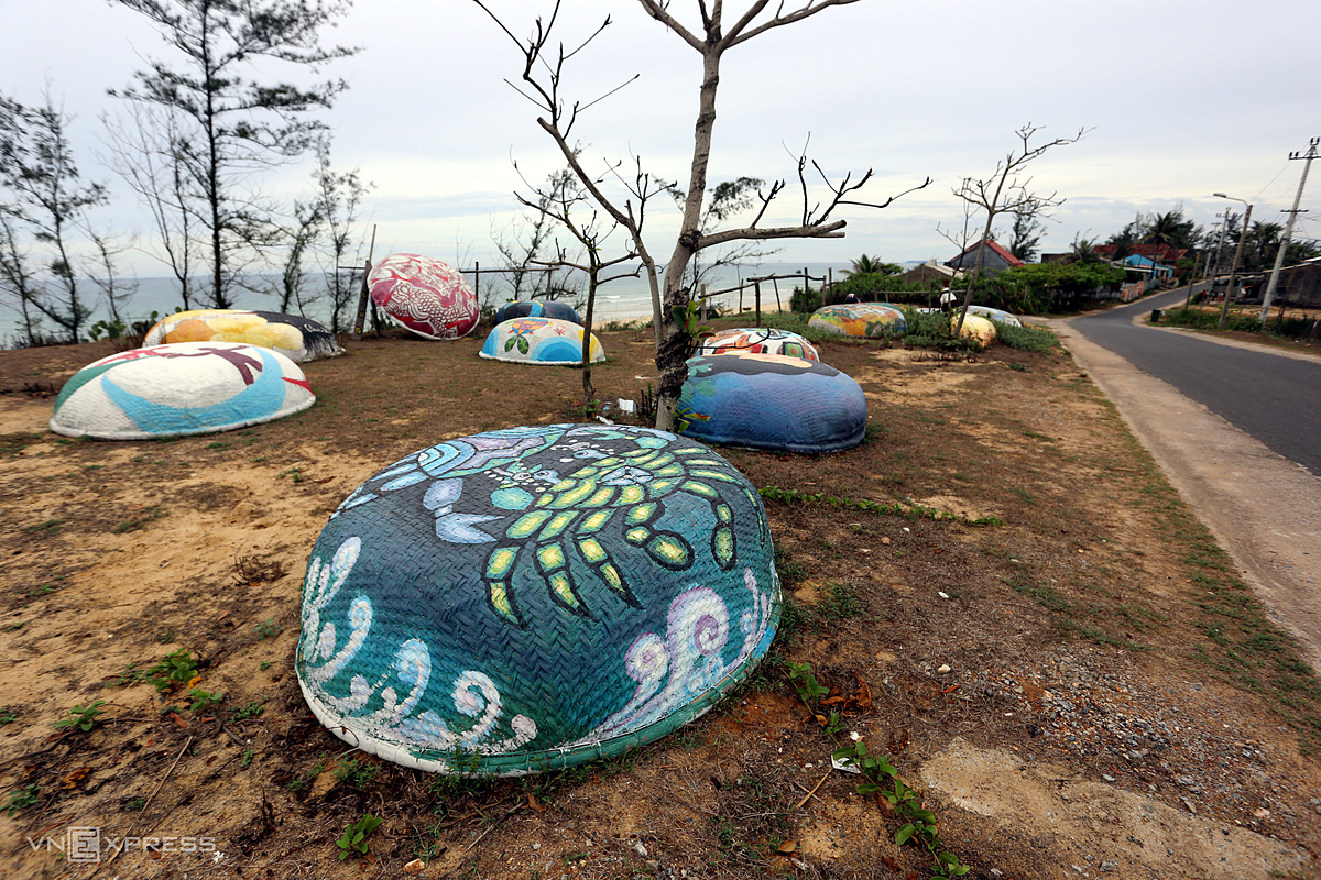 In addition to murals, visitors can also admire dozens of basket boats decorated by artists. Since June 2016, the Korea Foundation for International Exchange has implemented a Korean-Vietnamese community art exchange project in Tam Thanh Village with more than 100 paintings. The project has helped the pristine fishing village become the first mural village in Vietnam, welcoming thousands of visitors and helping local residents earn an income.   During the past five years, many mural painting programs have been carried out to beautify the village.