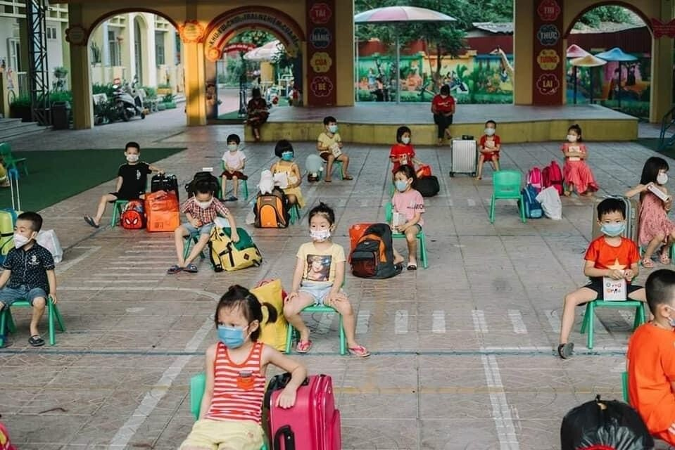 Children wait to be picked up by their parents after finishing 21 days of quarantine at their kindergarten school in Bac Giang Province, northern Vietnam, May 30, 2021. Photo by Le Loi Kindergarten.