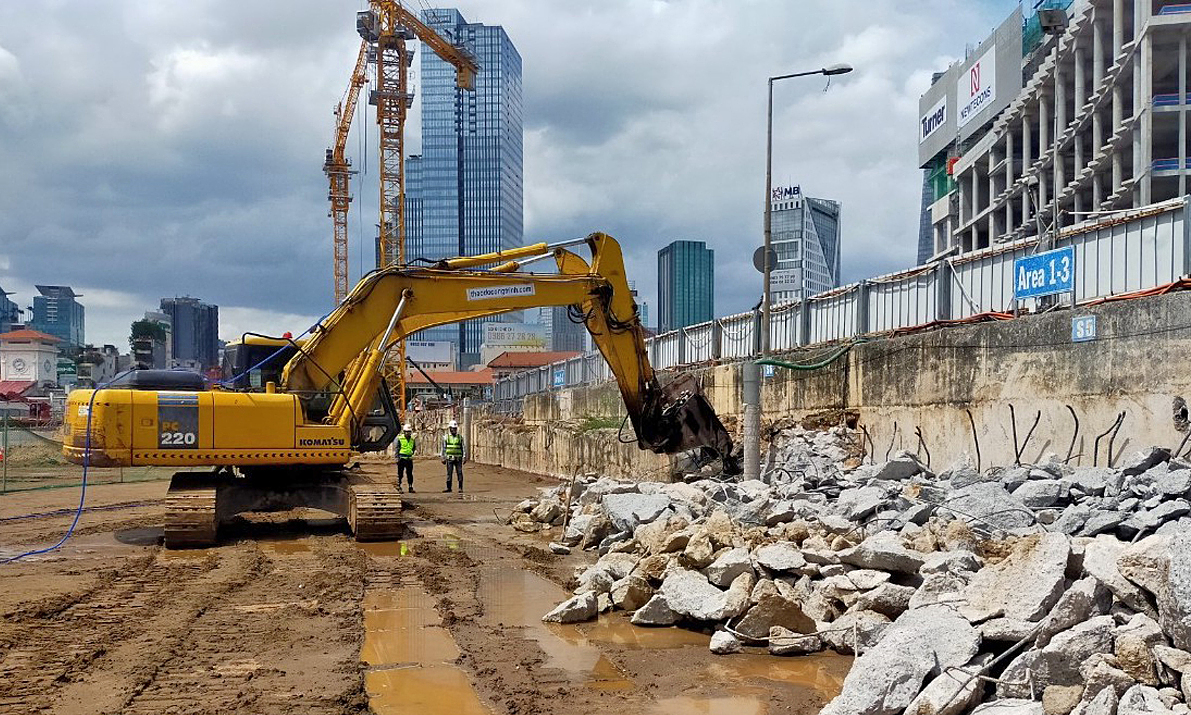 An excavator dismantles part of the construction site in front of Ben Thanh Market in downtown HCMC. June, 2021. Photo by HCMC Management Authority for Urban Railways.