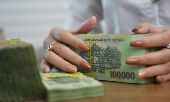 Bank deposits grow slowly amid low interest rates