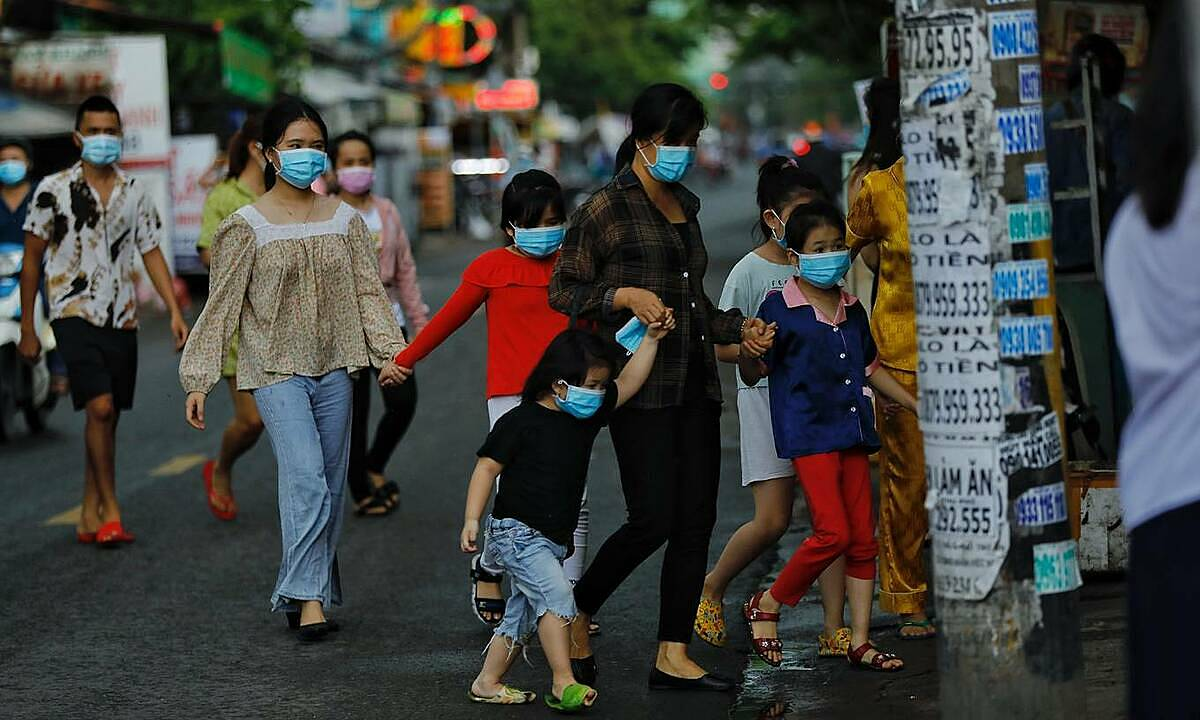 People walk to a medical site in HCMCs Binh Thanh District for coronavirus tests, May 27, 2021. Photo by VnExpress/Huu Khoa.