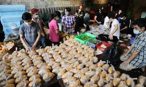Saigon restaurant cooks 2,000 meals per day for the needy