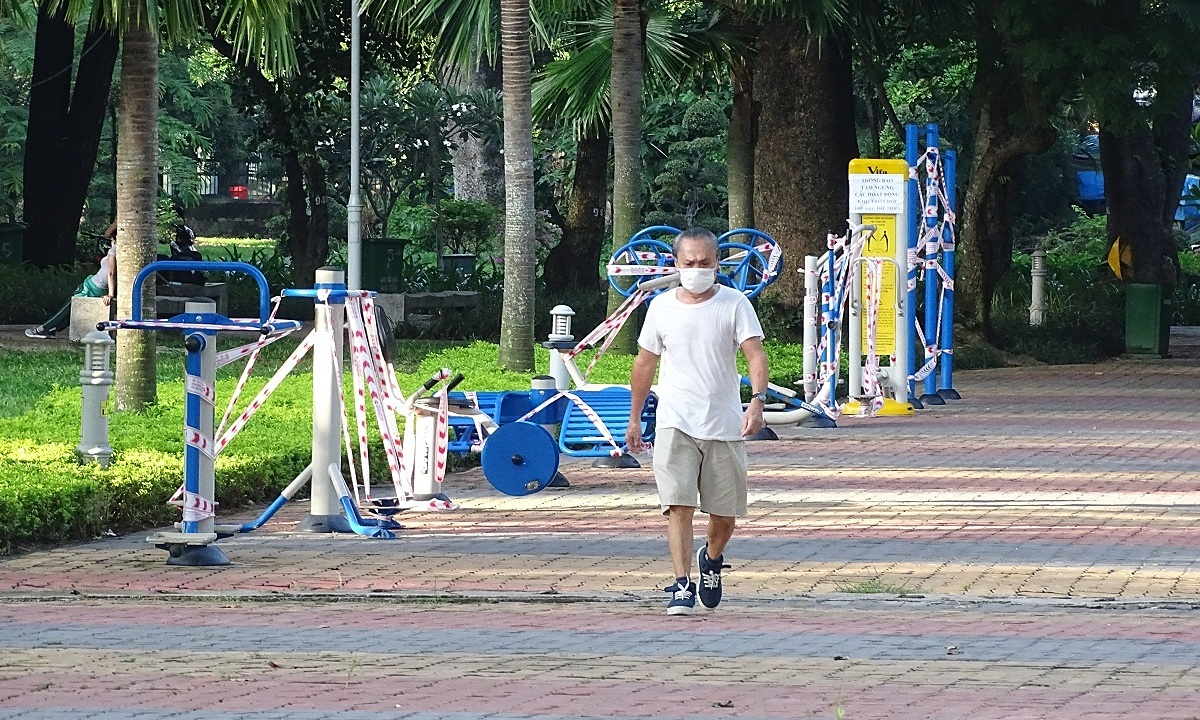 A man walks inside the Hoang Van Thu park in HCMC on July 8, 2020. The park had to wrap up several equipment to prevent contact. Photo by VnExpress/Ha An.