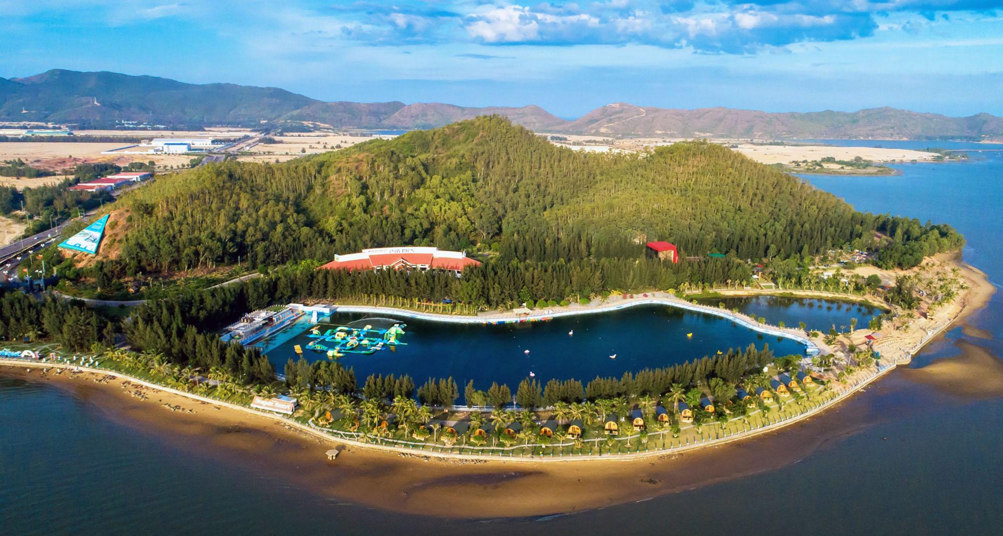 Located on the north bank of Thi Nai Bridge, the resort