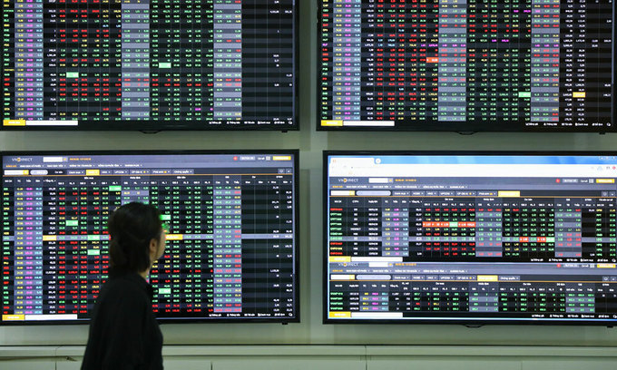 VN-Index gains after fluctuating session