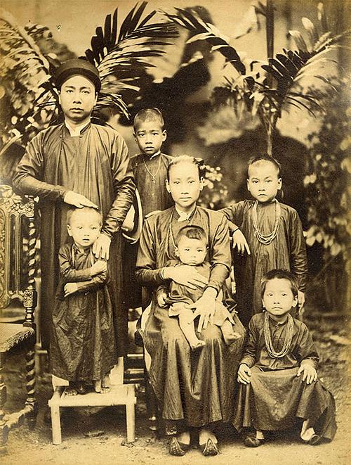 The Vietnamese Family photo, taken in the 1890s by Aurélien Pestel.
