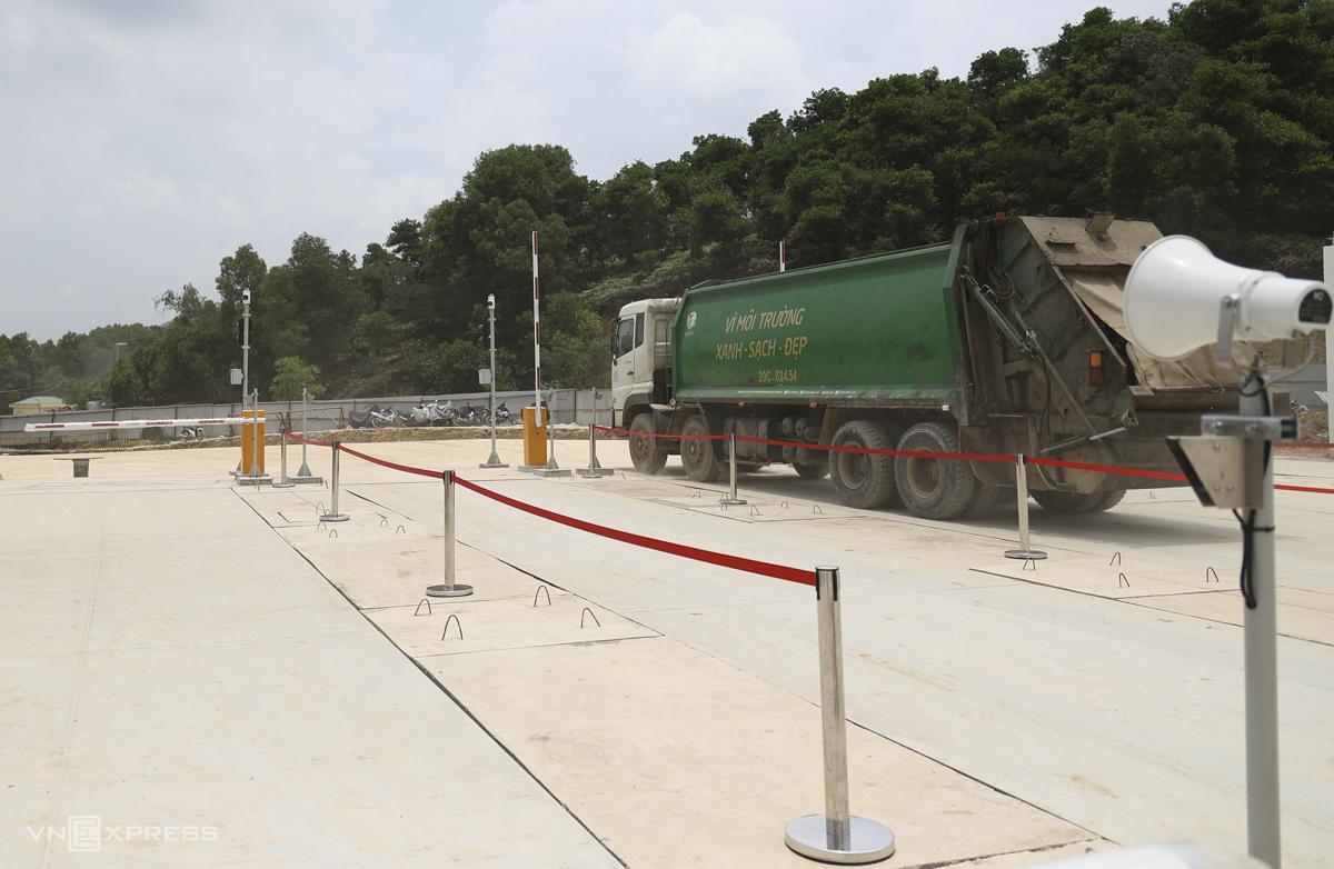 Có năm cây cầu có trọng lượng ở lối vào cơ sở.  Khi đến nơi, các xe rác sẽ dừng cân trước khi vào địa hình.  Ngày 28/5, nhà máy đã tiếp nhận những xe rác đầu tiên qua trạm cân, chính thức ra mắt công tác thu gom và xử lý rác giai đoạn 1 sau 21 tháng thi công.  Hiện tại, dự án sẽ tiếp tục được điều chỉnh dựa trên kỹ thuật.  Trong thời gian hoạt động, dự kiến sẽ có 450-500 xe rác mỗi ngày.