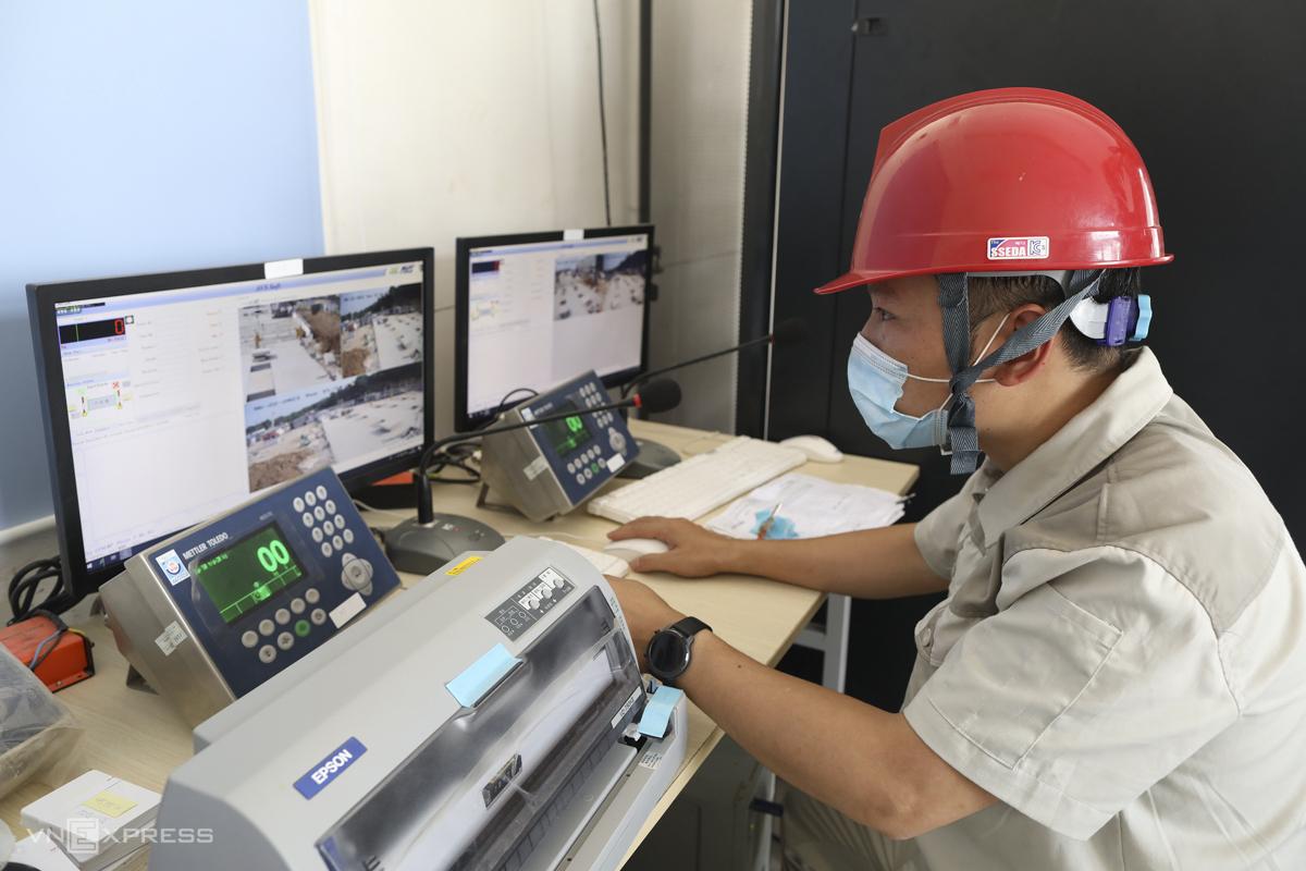 Nhân viên giám sát sự xuất hiện của xe rác.  Mỗi xe tải sẽ được gắn chip điện tử và thẻ ra vào.  Trên thẻ có ghi thông tin về người nhận rác, lái xe, biển số và đơn vị vận chuyển.