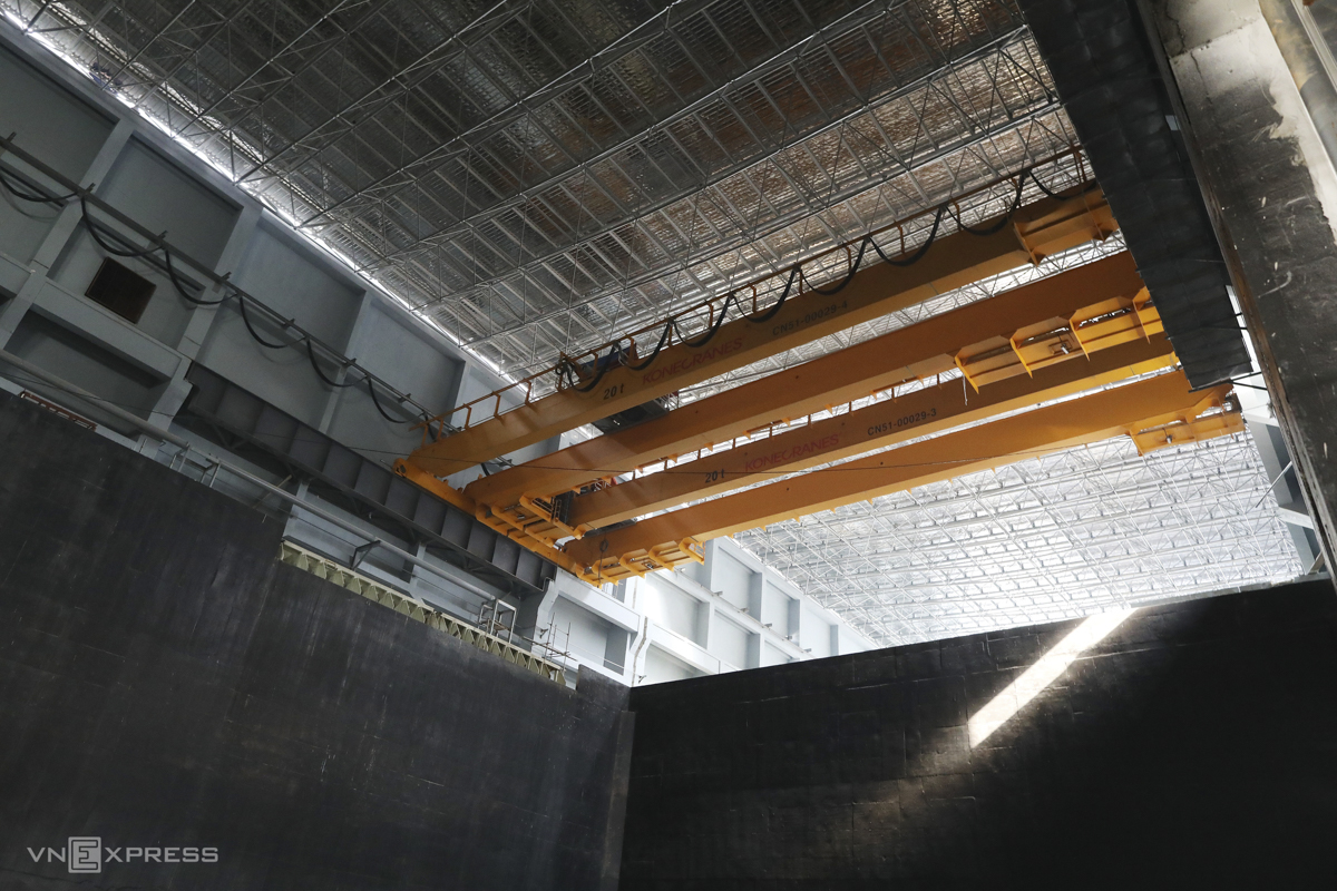 Một cần trục chạy dọc theo đường ray và mở rộng các cánh tay để trộn rác và đốt rác từ bể chứa.  Dự kiến sẽ tạo ra 75 MW điện vì 4.000 tấn chất thải được đốt mỗi ngày.  Trong số đó, nhà máy sẽ tiêu thụ 15-20% và bán phần còn lại cho Tổng công ty Điện lực Việt Nam (EVN), nhà phân phối điện duy nhất của cả nước.  Nhà máy có 5 đầu đốt và 3 tổ máy phát điện.  Trong điều kiện thuận lợi, nhà máy sẽ sản xuất chất thải dễ cháy sau 15 ngày.  Li Ai Jun, Phó tổng giám đốc của Tian Yi Environmental Energy, cho biết cả ba máy phát điện dự kiến sẽ hoạt động cùng một lúc vào tháng 11 năm nay.