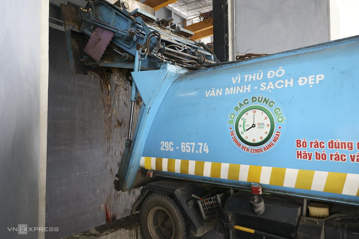 Hà Nội hiện sử dụng 10 loại xe chở rác có kích thước và tải trọng khác nhau, nhưng theo quy định của nhà máy WTE, mỗi xe phải vào trong, đổ rác và rời đi trong vòng 3 phút.